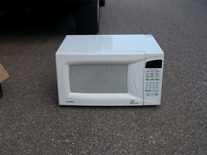 Goldstar Microwave Oven 1500 watt 1.3 Cu.ft. $65 - Salmon Arm