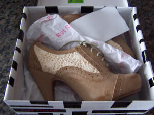 Brand New Aristocrat tan leather & lace shoes (size 8.5)