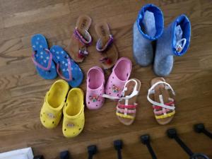 Sandales crocs et bottes de pluie