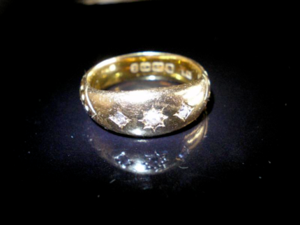 GENTS/LADIES - 22KT GOLD RING WITH 3 SMALL DIAMONDS - PERFECT