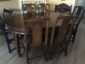 Beautiful Antique Oak Dining Room Table and Chairs