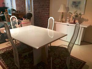 Grande table avec 4 chaises et un buffet recouvert de stratifier Saint-Hyacinthe Québec image 3