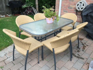 Nice Patio Dining Table with 6 Chairs in Great Condition