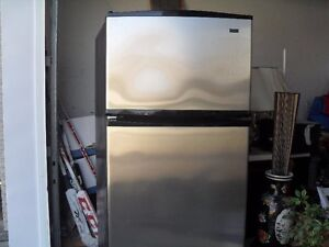 Frigidaire stainless Kenmore parfaite condition 2 ans