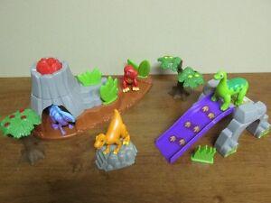 4 Dinosaures dans leur environnement arbre volcan rocher etc.