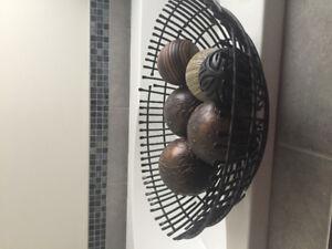 Bol decoratif en fer forge noir  et boules decoratives