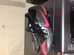 Nike soccer 10.5 guy cleats