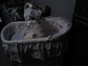 Lightly used bassinet that viberates, sings, and lights up Sarnia Sarnia Area image 2