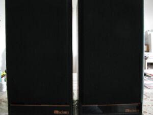 Une paire de haut-parleurs de marque Axiom modèle AX-1.5