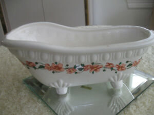 ADORABLE LITTLE VINTAGE BATHROOM CHINA SOAP DISH