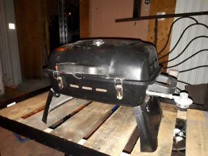 mini barbecue portatif,très bon état et 2 chaises de plage