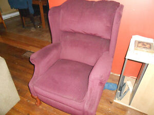 BERGERE EN VELOUR INCLINABLE EN BONNE CONDITION 50$