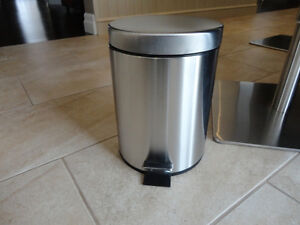 Selling 2 Garbage Cans -One Matte Black One and Stainless One Kitchener / Waterloo Kitchener Area image 7