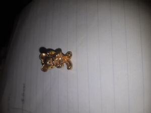Gold tone pin mickey mouse