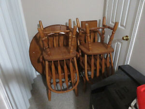 Double-Leaf Round to Oval Table and Chair Set - 4 Chairs Kitchener / Waterloo Kitchener Area image 1