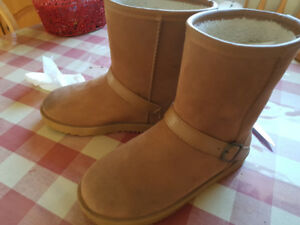 WOMEN'S UGGS....size 8.
