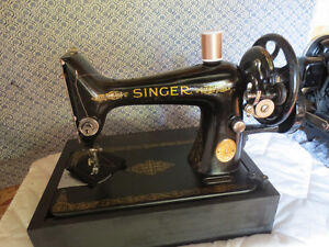 SINGER LIGHTWEIGHT HAND OPERATED SEWING MACHINE