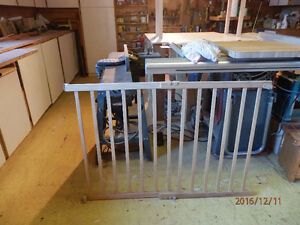 Expandable pine wood safety gate