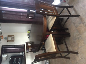 Beautiful Kitchen Table and 4 Chairs