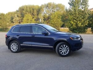 VW TOUAREG 2014 AWD well maintained, very low kms