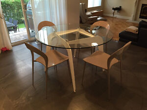 4 Kitchen Chairs /  4 chaises de cuisine
