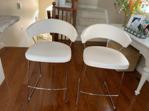 Oval coffee table & 2 bar stools