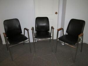 Chaises noires empilables