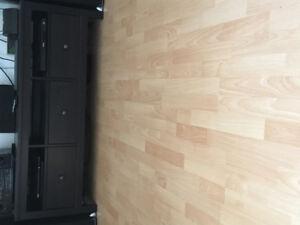 Meubles télé et rangements média Ikea de couleur brun foncé.