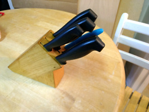 *MOVING* Assorted knives in solid wooden knife block