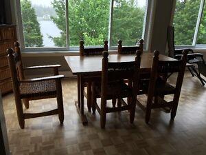 Set de cuisine et divan parfait pour un chalet!