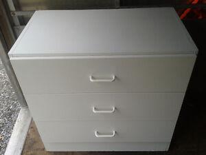 Petite commode blanche à trois tiroirs