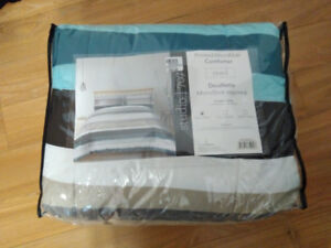 Twin comforter, new!! Still in packaging.