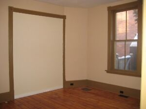 6 BDRM DOWNTOWN STUDENT HOME - $450 - ALL INCLUSIVE Peterborough Peterborough Area image 4