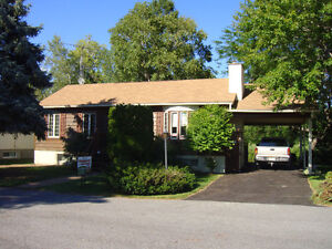 Well maintained 2+1 bungalow in desirable waterfront community!
