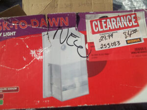 outdoor dusk to dawn light  NEW IN BOX