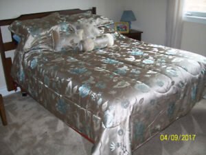 Double size comforter with shams and 3 toss pillows