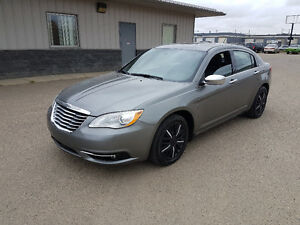 2013 Chrysler 200 Limited, 4 dr, auto, only 93,000 km, LEATHER