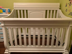 Baby Crib (Belize 3-in-1 Convertible Crib) with bedding set