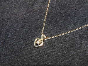 Pretty GOLD-PLATED dainty short necklace with heart pendant
