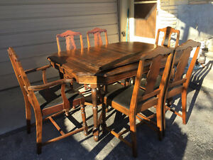 Beautiful Solid Wood Table, 2 Leafs and 6 Chairs.