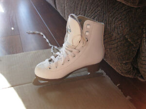 girl's firgure skates sze 1 and 13 good condition clean Kitchener / Waterloo Kitchener Area image 9