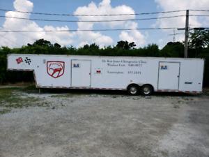 Enclosed gooseneck car trailer
