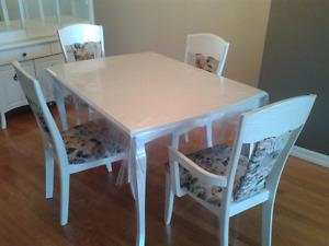 Table à manger et vaisselier