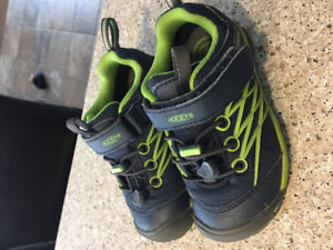 Keen CNX toddler shoes size 9