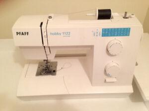 Machine à coudre Pfaff avec meuble