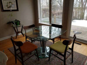 high quality glass expandable dining table-mint condition