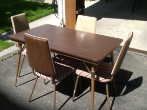 BROWN ABORITE TABLE AND 4 CHAIRS