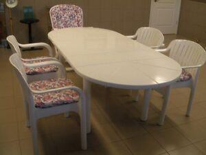 Tables et Chaises de patio + Chaises longue