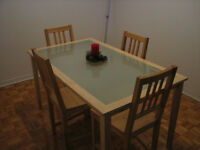 Dining room table and 4 chairs - Perfect condition