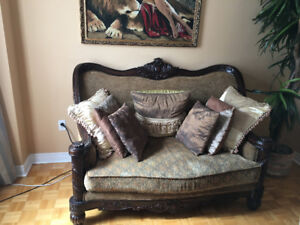 GORGEOUS ANTIQUE STYLE LOVESEAT LIKE NEW